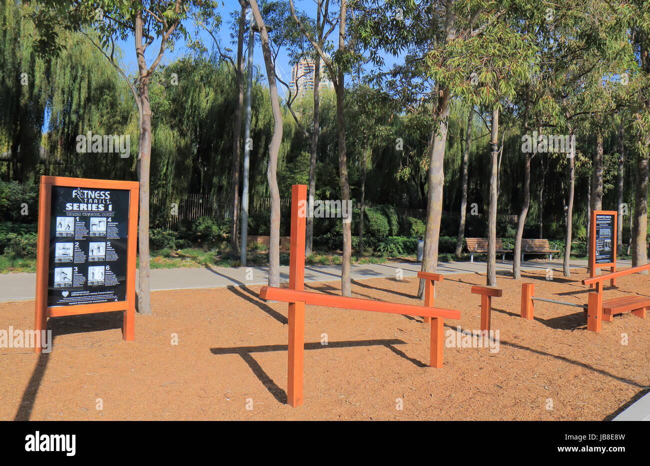 Equipo para hacer ejercicio en Tumbalong Park en el centro de Sydney, Australia. Imagen De Stock