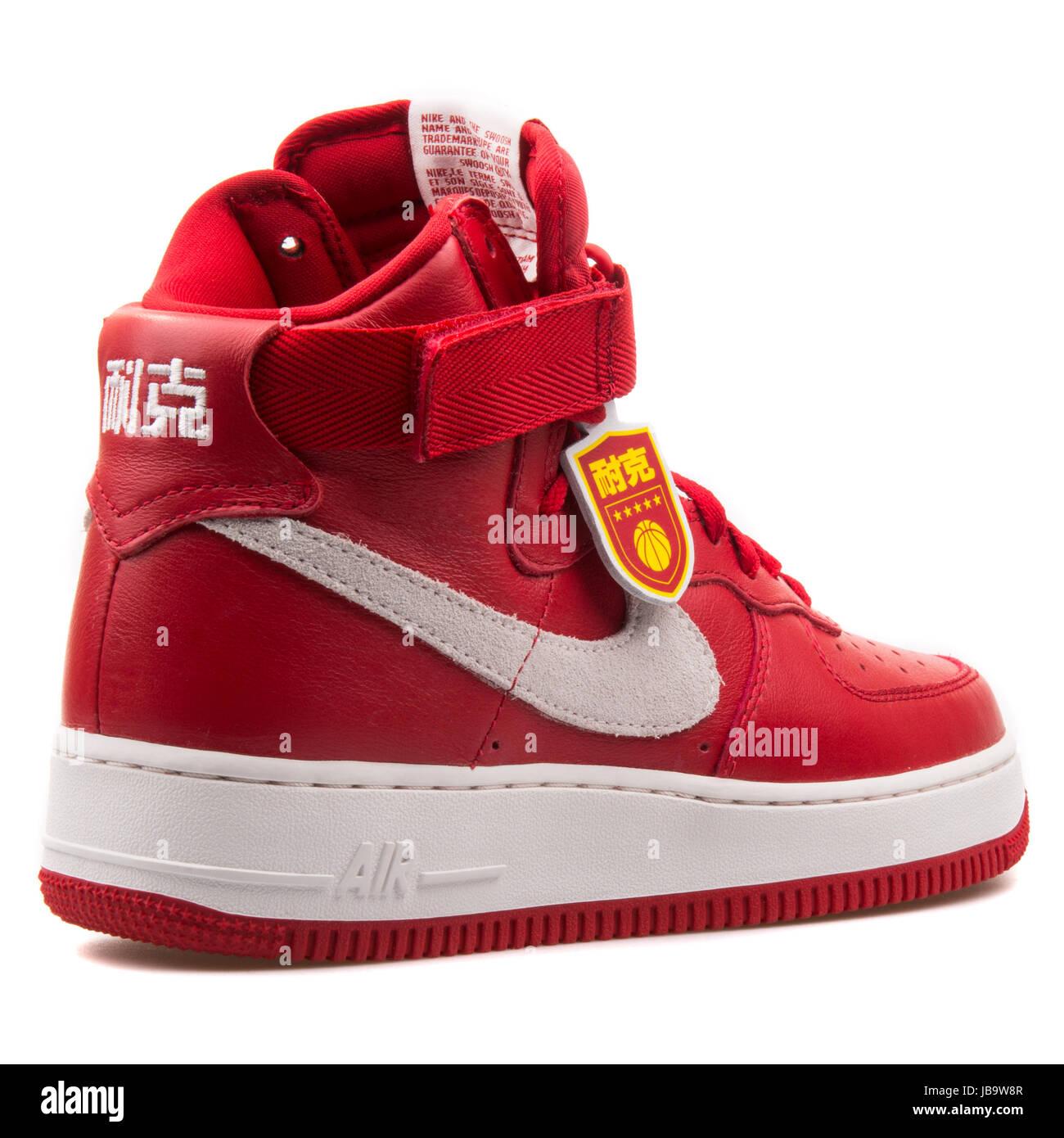 Nike Air Force 1 Hi Retro QS Gimnasio rojo y blanco en la