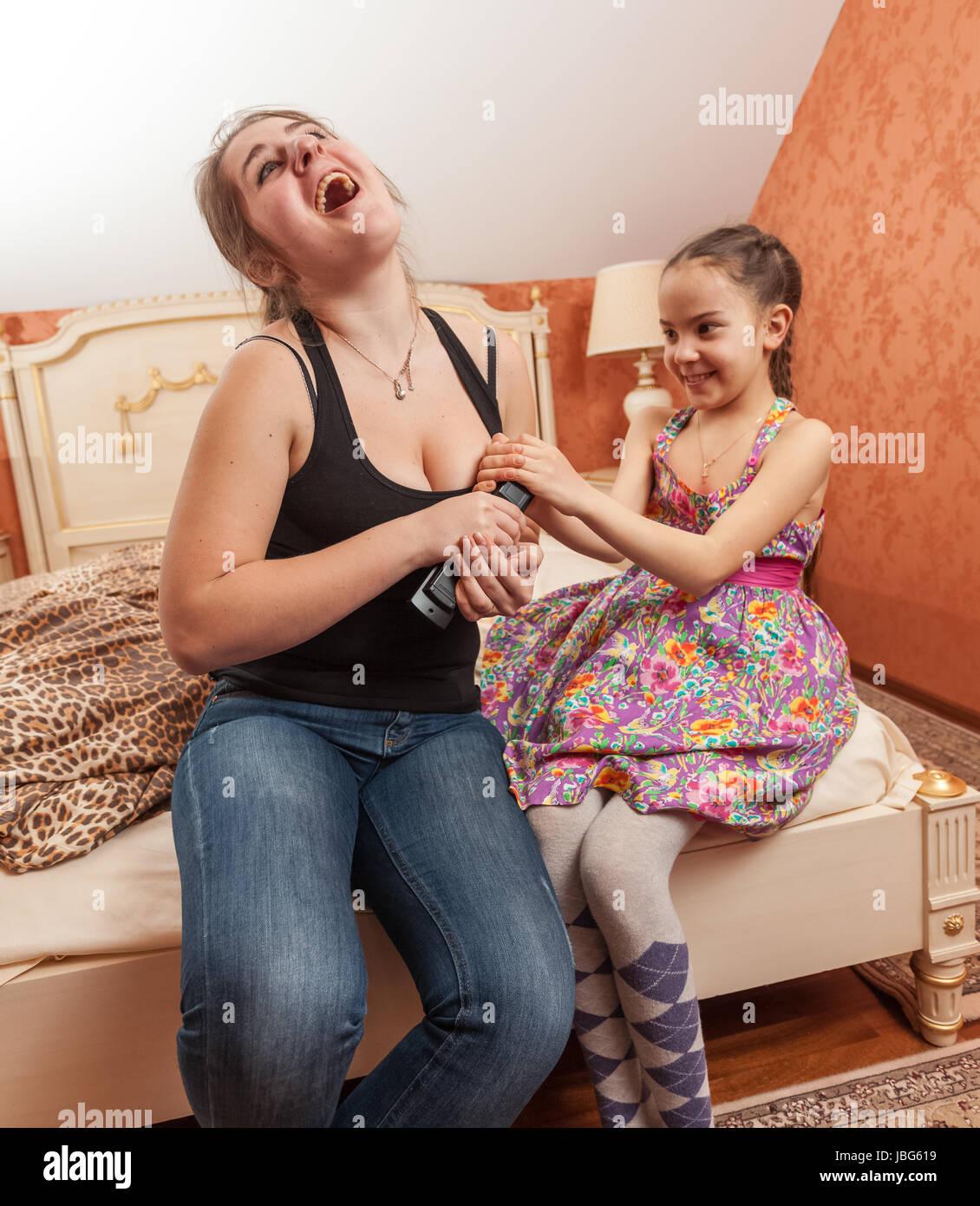 Retrato De Viejos Y Little Sister Que Lucha Por El Control Remoto De La Television