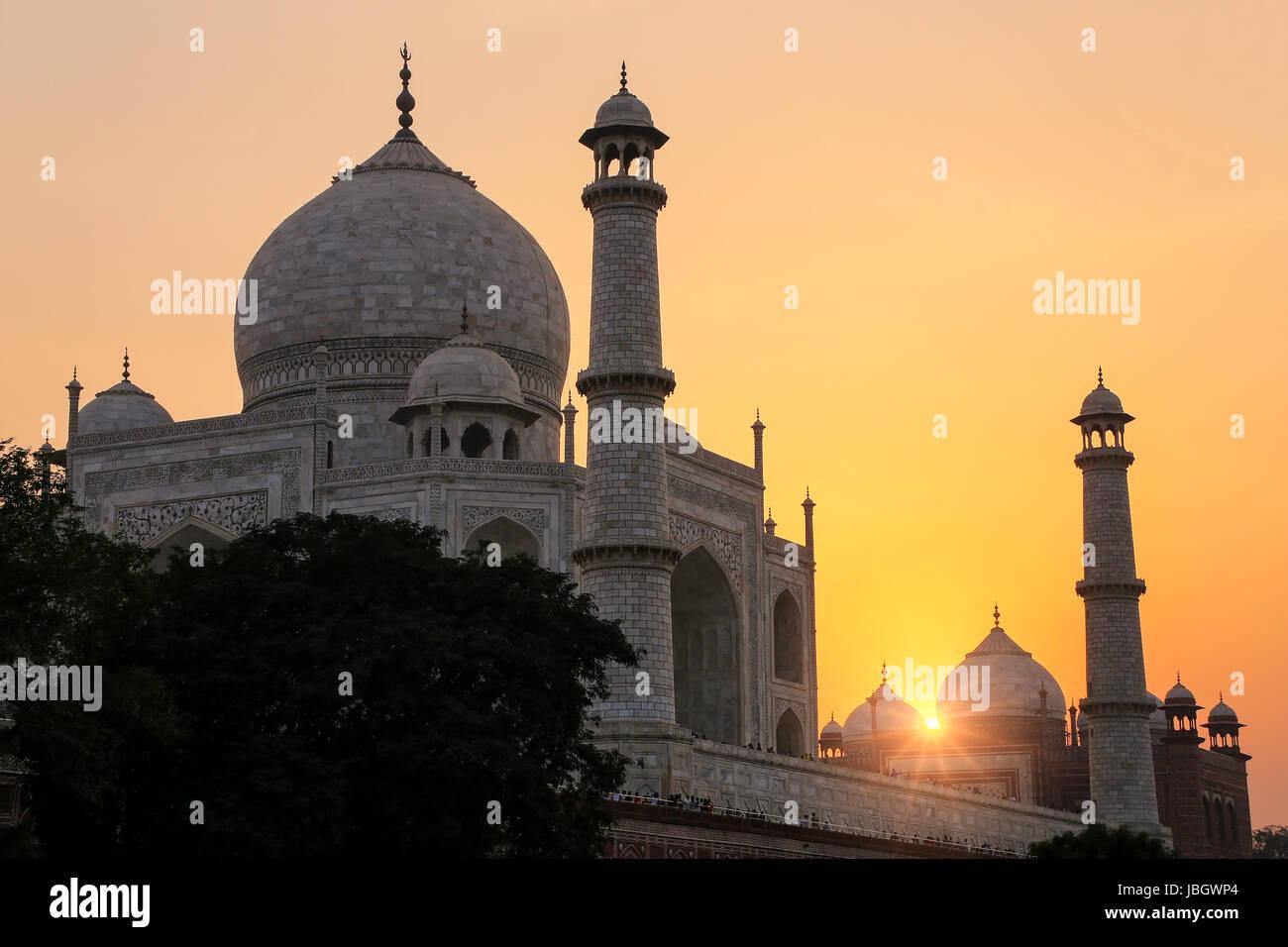 En SUNSET Taj Mahal en Agra, Uttar Pradesh, India. Taj Mahal fue designado como Patrimonio de la Humanidad por la Imagen De Stock