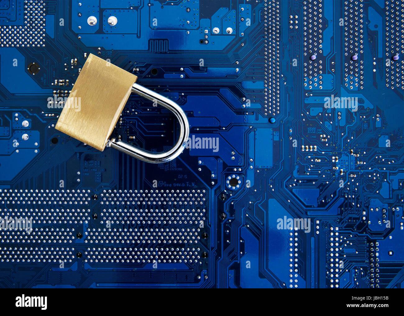 Seguridad informática - bloqueo de seguridad en la placa de circuitos de computadora concepto de seguridad Imagen De Stock