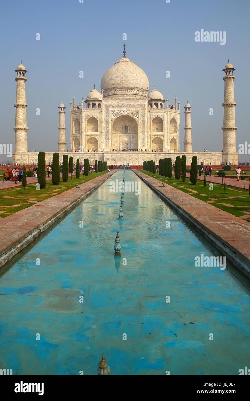 El Taj Mahal con piscina reflectante en Agra, Uttar Pradesh, India. Fue construido en 1632 por el emperador Shah Imagen De Stock