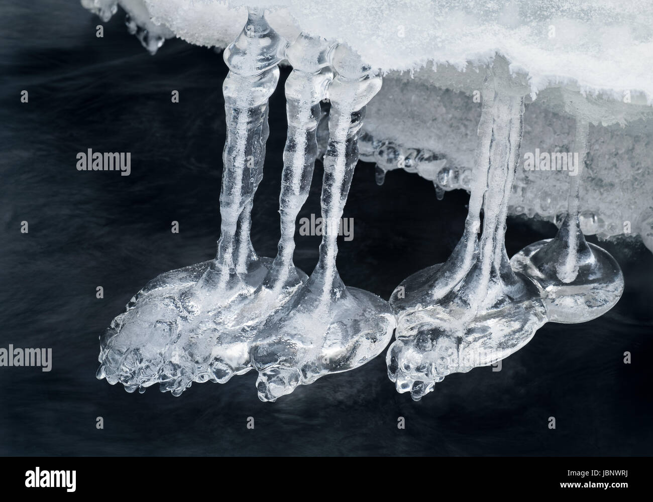 Cerca de las hermosas formas de hielo en invierno en el río. Imagen De Stock