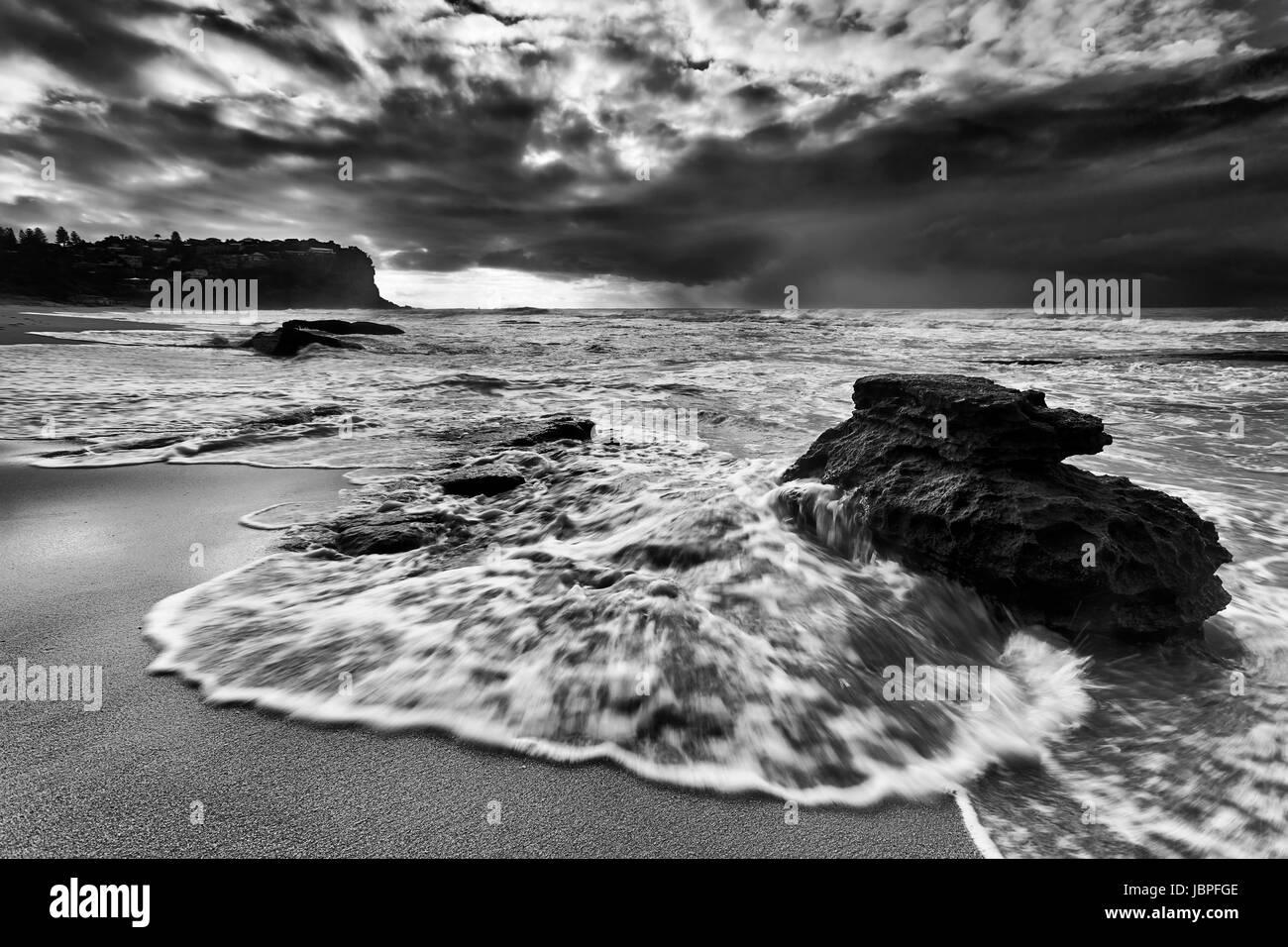Flujo rápido del maremoto desborda de arenisca en Boulder Bungan arenosa playa playas del norte de Sydney al Imagen De Stock