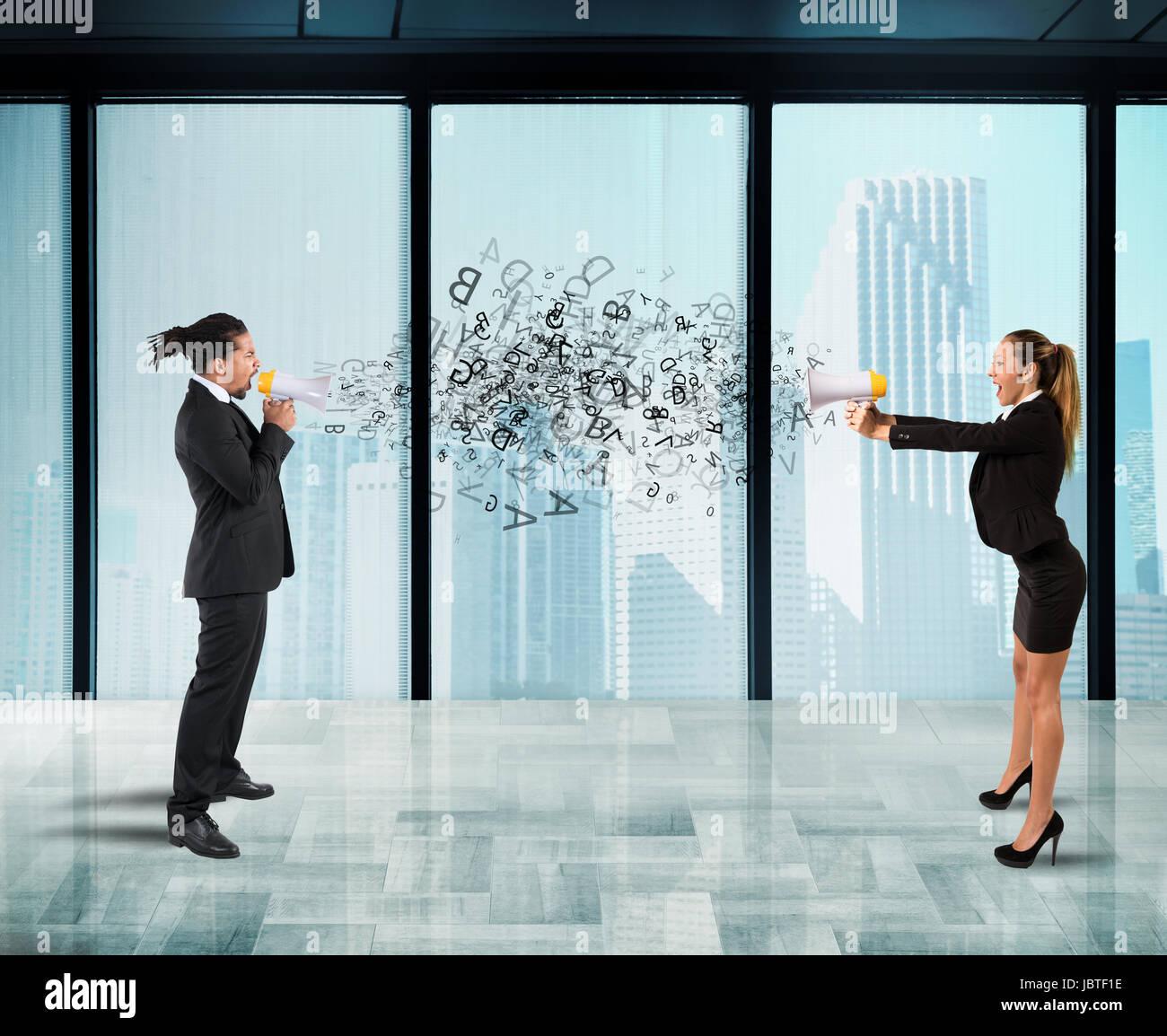 Dos colaborades gritando mutuamente con megáfono en Office Imagen De Stock