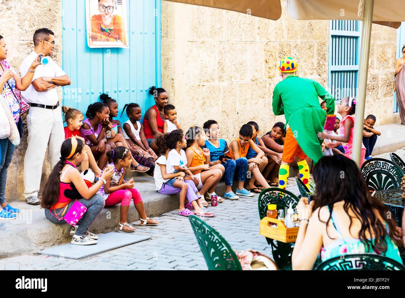 Payaso divertido para niños, entretenimiento para niños, entretenimiento para los niños, entretenimiento para niños, Foto de stock