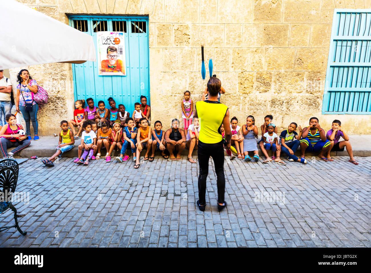 Malabarista entretenido kids, malabarismo, entretenimiento para niños, entretenimiento para los niños, entretenimiento Foto de stock