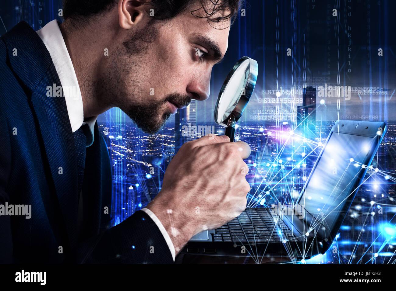 El hombre mira la lupa un portátil. Concepto de análisis de software Imagen De Stock