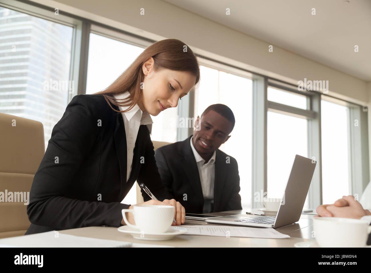 Solicitante de empleo femenino exitosa firma contrato de trabajo, acuerdo de empleo después de la entrevista, Imagen De Stock
