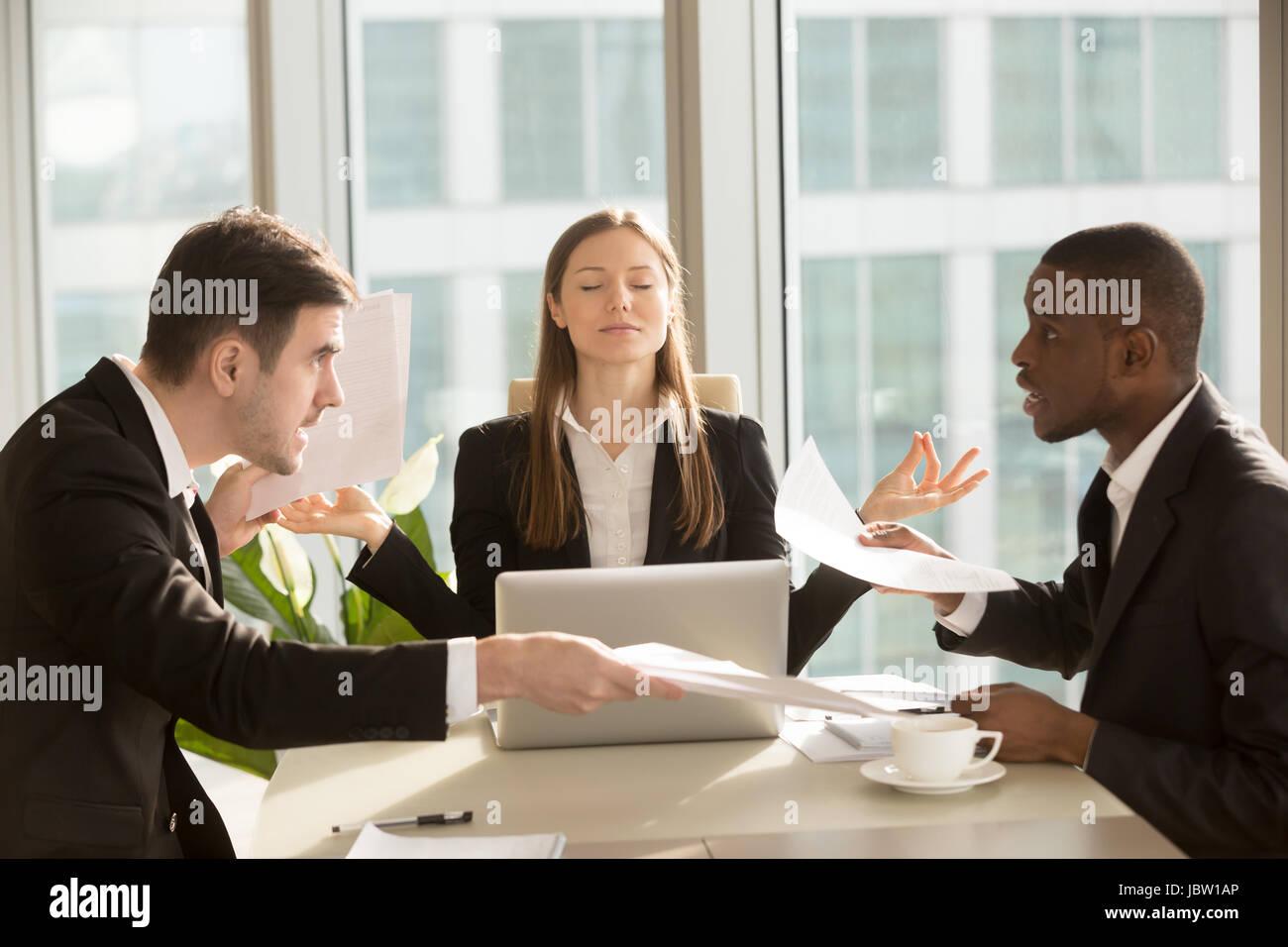 Atractiva empresaria disfruta meditando durante la reunión, sentado en la oficina con los ojos cerrados cerca Imagen De Stock
