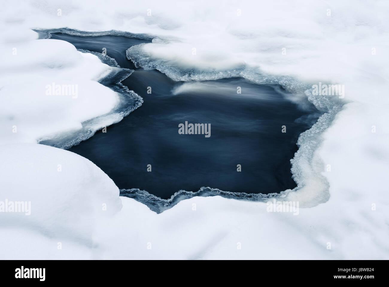 Cerca de ríos rápidos en invierno Imagen De Stock