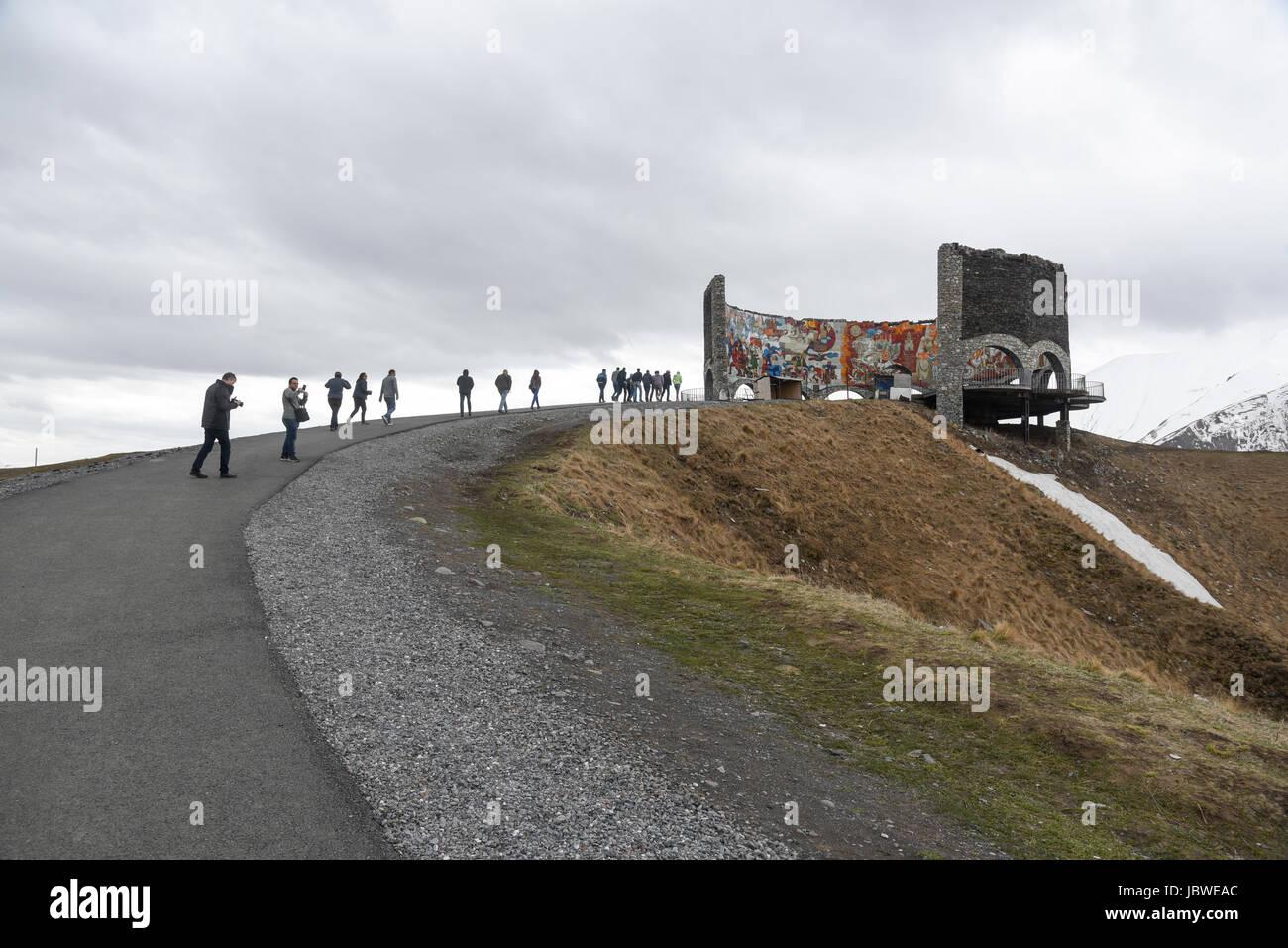 Georgia, la carretera militar de la era soviética, Monumento a la amistad de Rusia Georgia Foto de stock