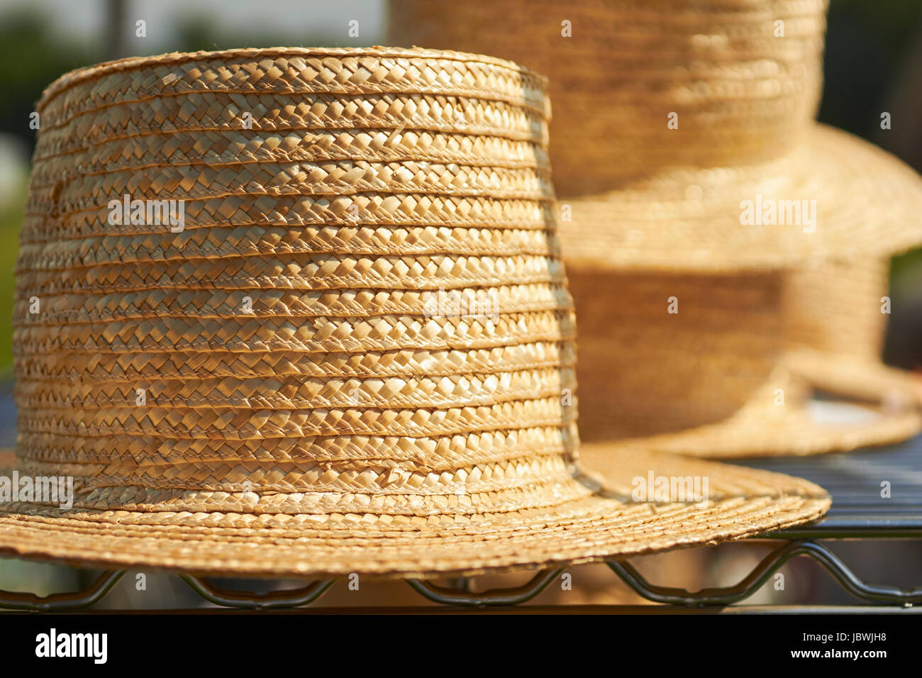 Estilo Amish sombreros de paja para la venta en un mercado de carretera  Imagen De Stock 854a7ef366a
