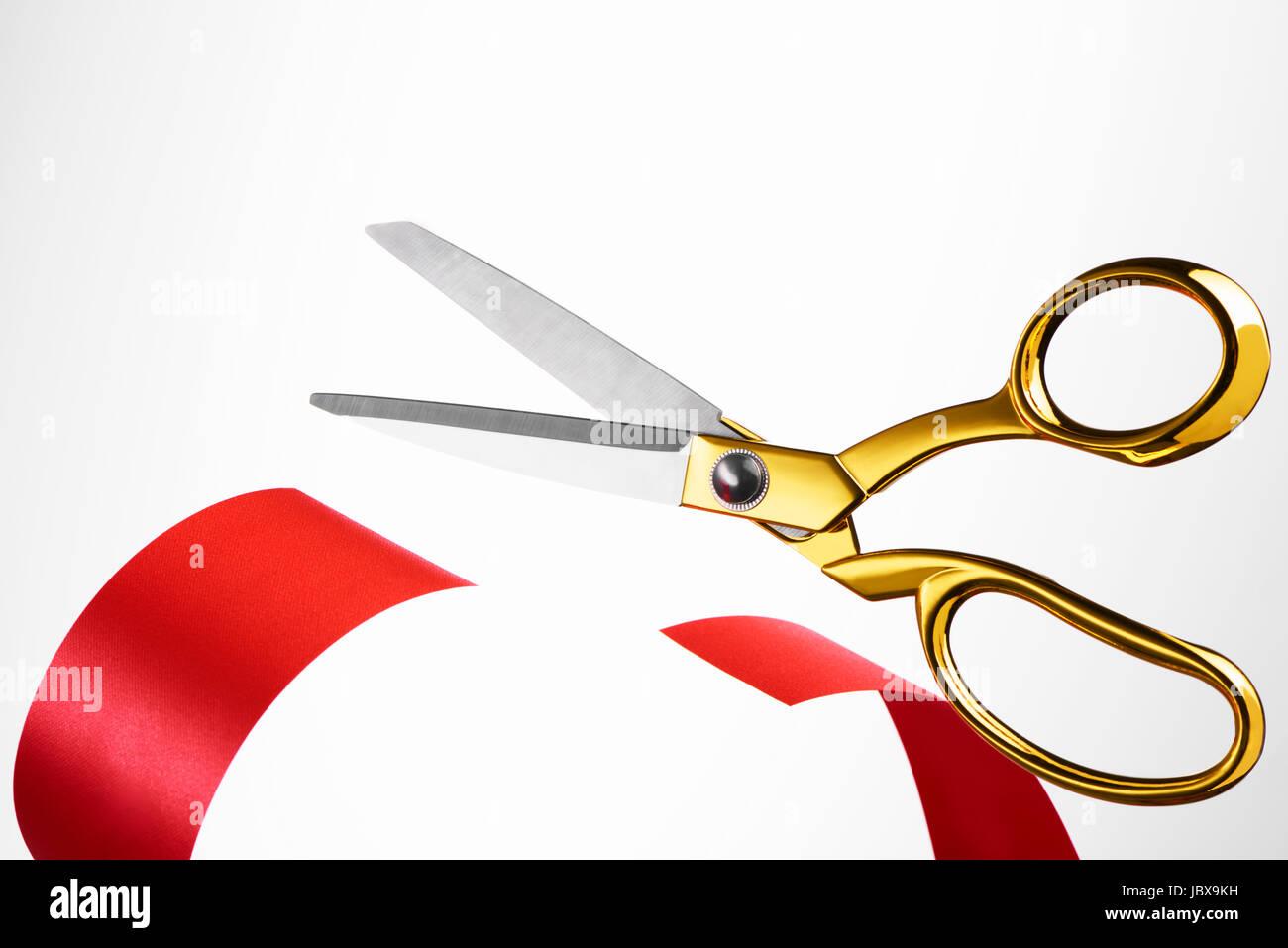 Tijeras de oro cortando la cinta roja/ cinta Imagen De Stock