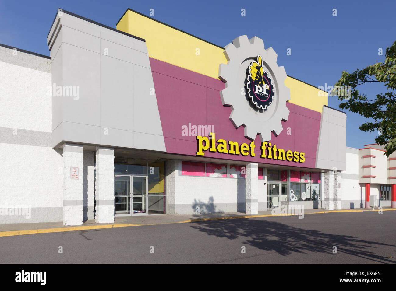 AMSTERDAM, NY/USA - 9 de junio de 2017: Planet Fitness es un gimnasio franquicia que comenzó en Hampton, Nueva Imagen De Stock