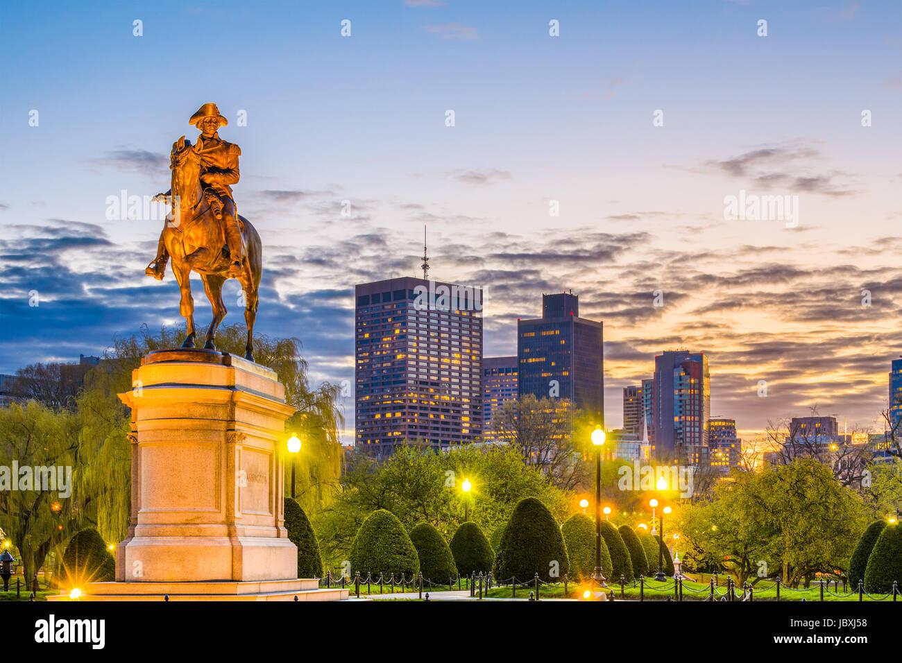 Boston, Massachusetts, EE.UU Skyline en el jardín público. Imagen De Stock