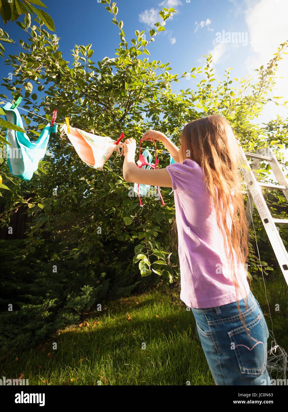 Disparo Al Aire Libre De Chica Haciendo Servicio De Lavanderia Y