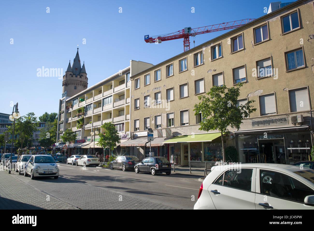 Edificio de apartamentos de baja altura sobre tiendas broma antigua fortificación de la ciudad en el fondo, Frankfurt am Main, Alemania Foto de stock