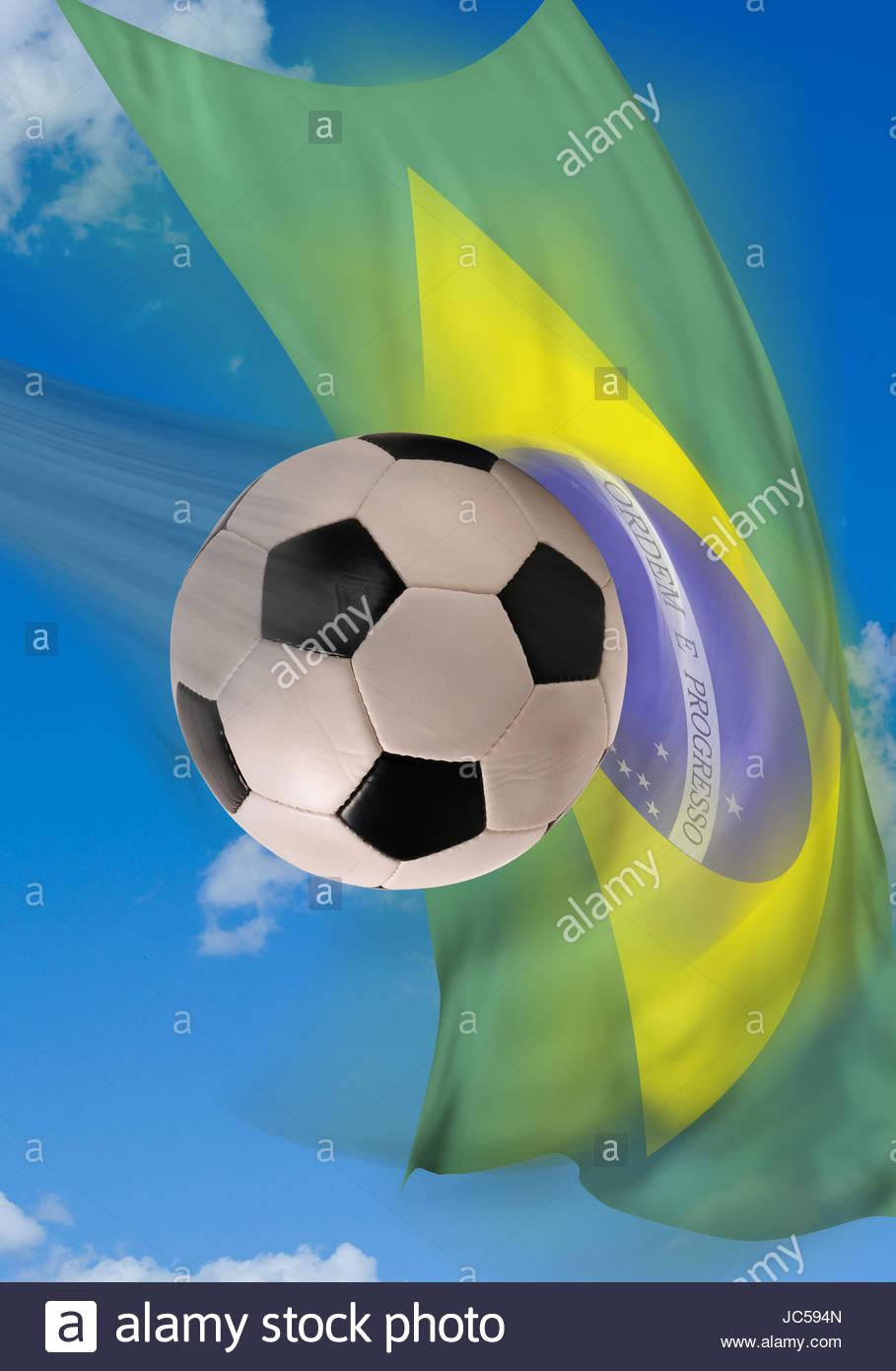 b0f4f2f6c3c66 Balón de fútbol rápido volando con la bandera de Brasil en el fondo ...