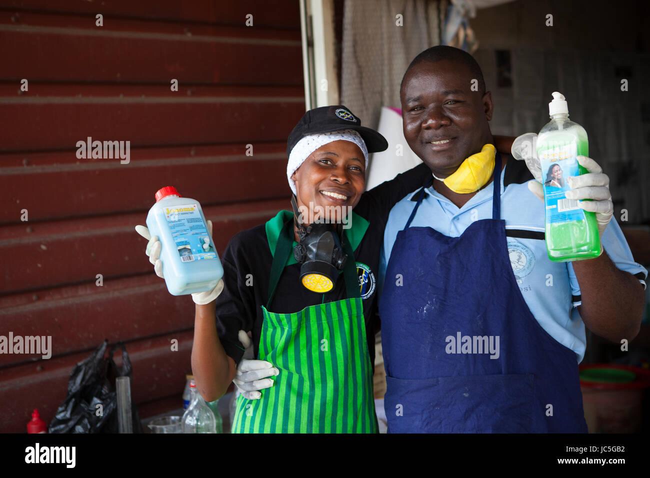 Los propietarios de pequeñas empresas que producen productos de limpieza de Tanzania, África. Imagen De Stock