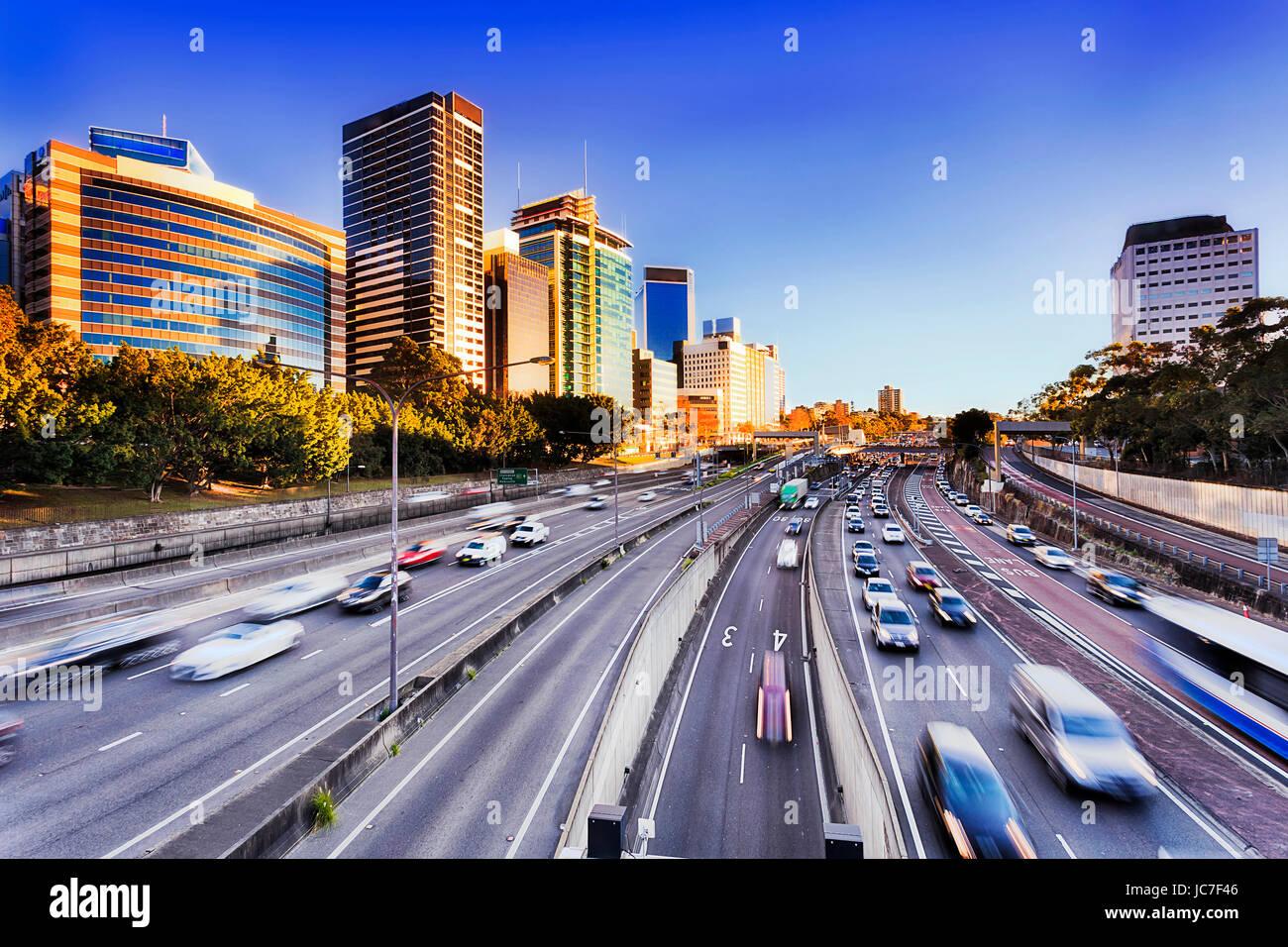 Mañana acelerar el tráfico en la autopista Warringah portátil in North Sydney durante la hora punta. Imagen De Stock