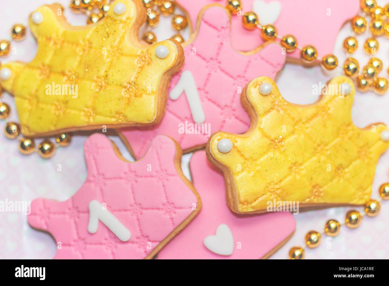 Primer cumpleaños royal guinda cookies - rosa y corona de oro en forma de cookies con el número 1 Imagen De Stock