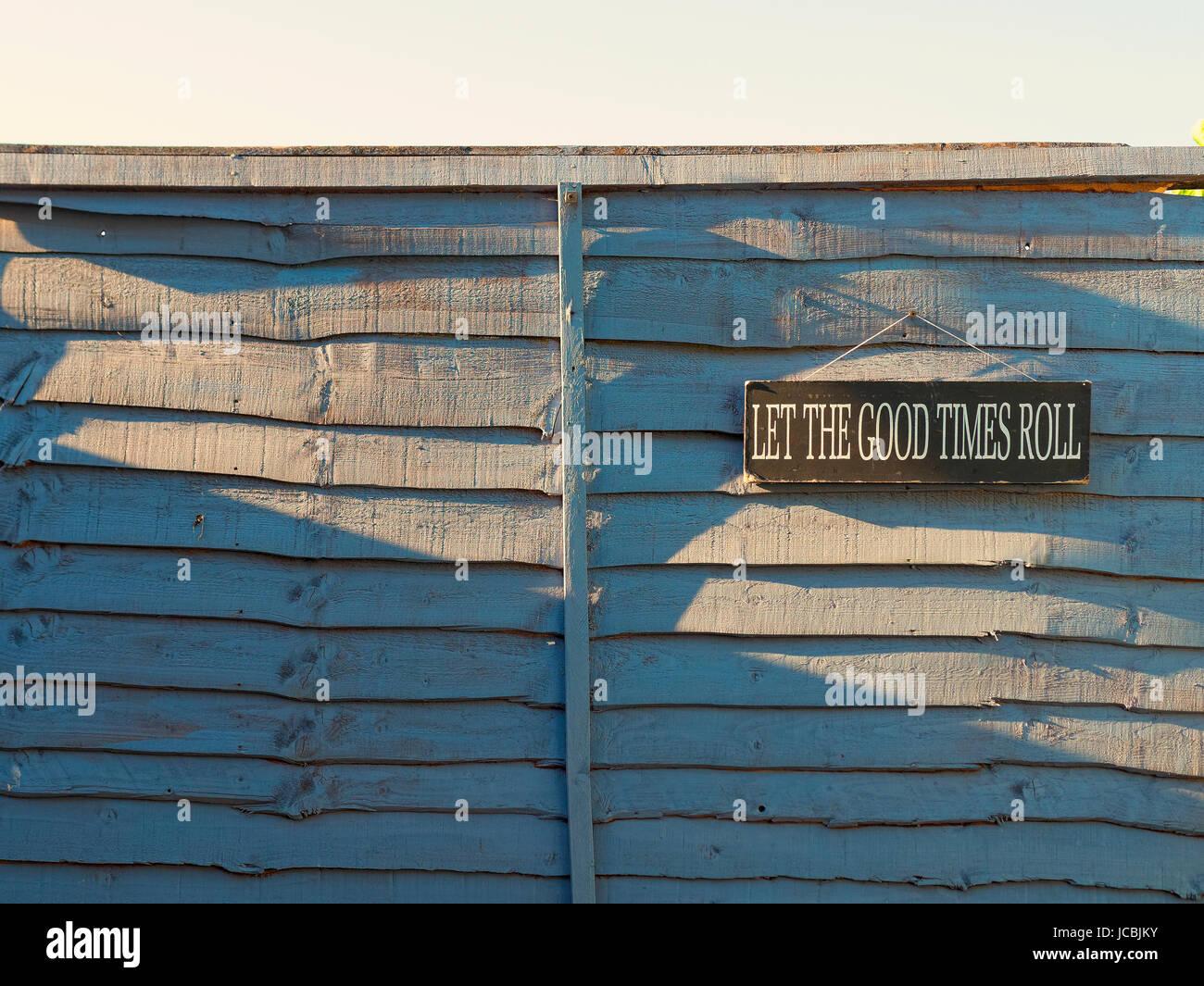 Deje rodar los buenos tiempos cartel colgado en una valla Imagen De Stock