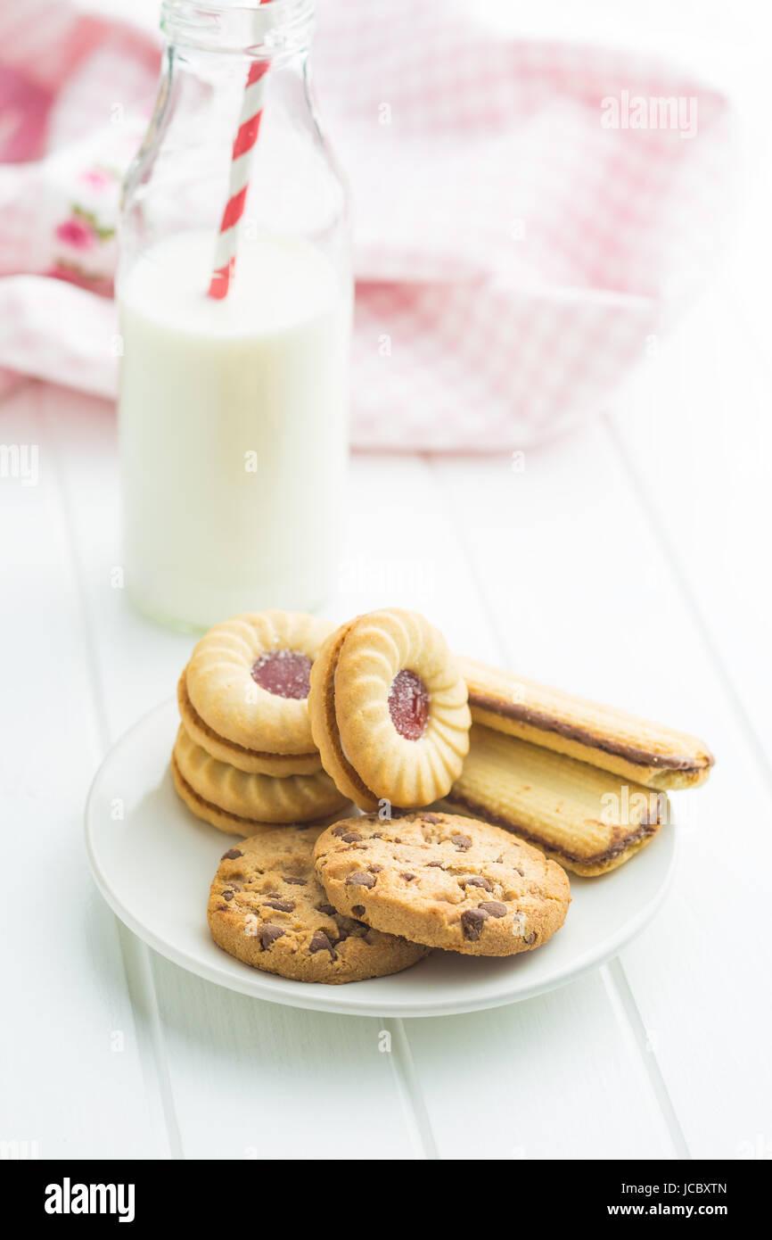 Varias galletas dulces en la placa. Imagen De Stock
