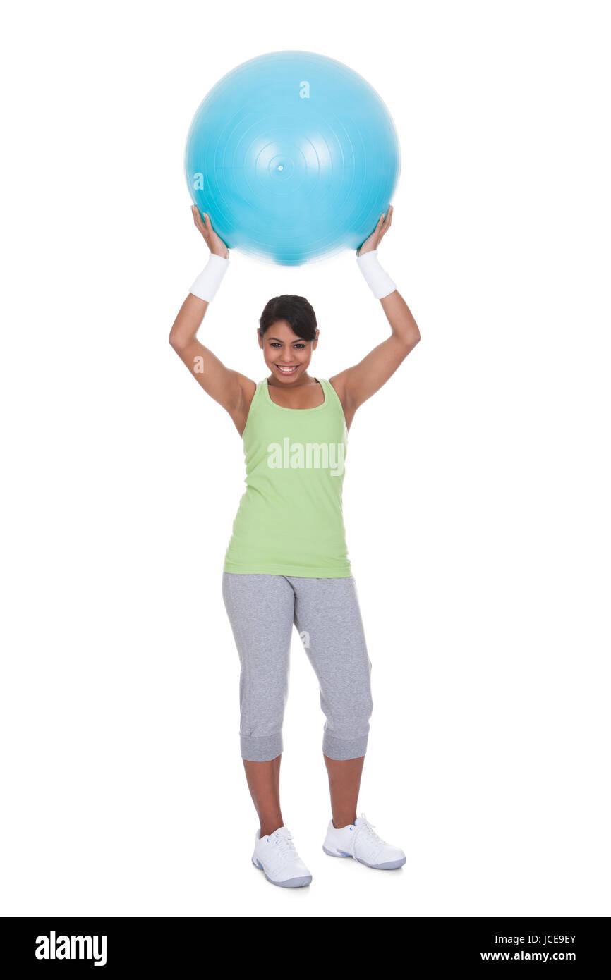 Mujer joven Hacer ejercicio con Pilates Pelota sobre fondo blanco. Imagen  De Stock 40af8f3bf9d2