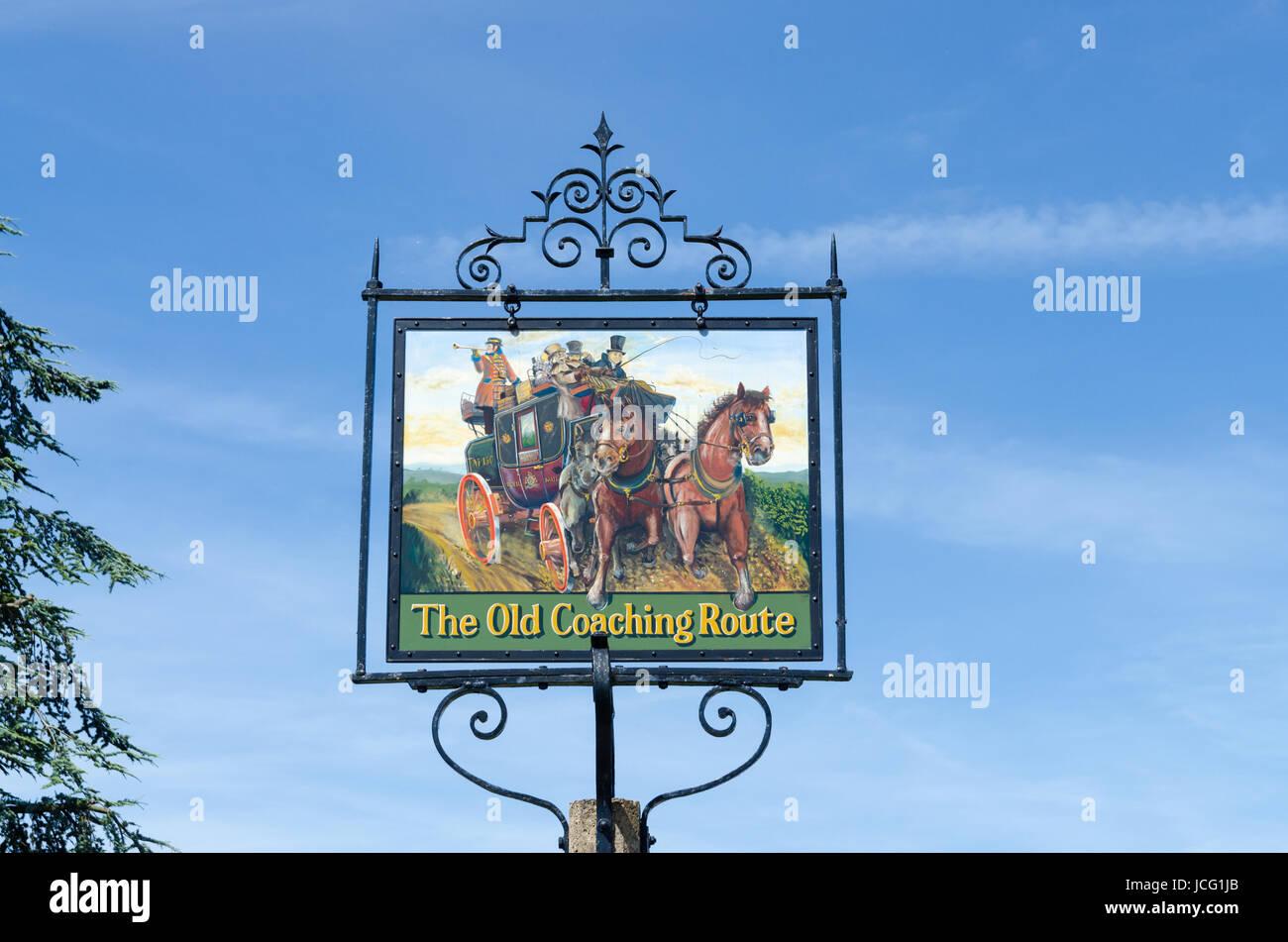 Signo marca la vieja ruta de Coaching en la bonita localidad de Broadway, en los Cotswolds Imagen De Stock