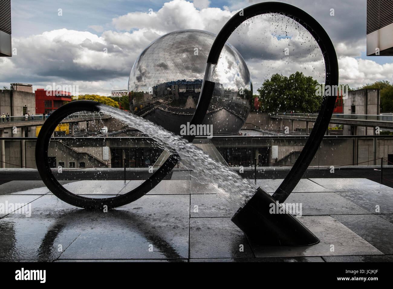 París, Francia - Cite des Sciences et de l'Industrie - Esfera GEODE - Fuente - PARC DE LA VILLETTE DE PARÍS © Frédéric BEAUMONT Foto de stock