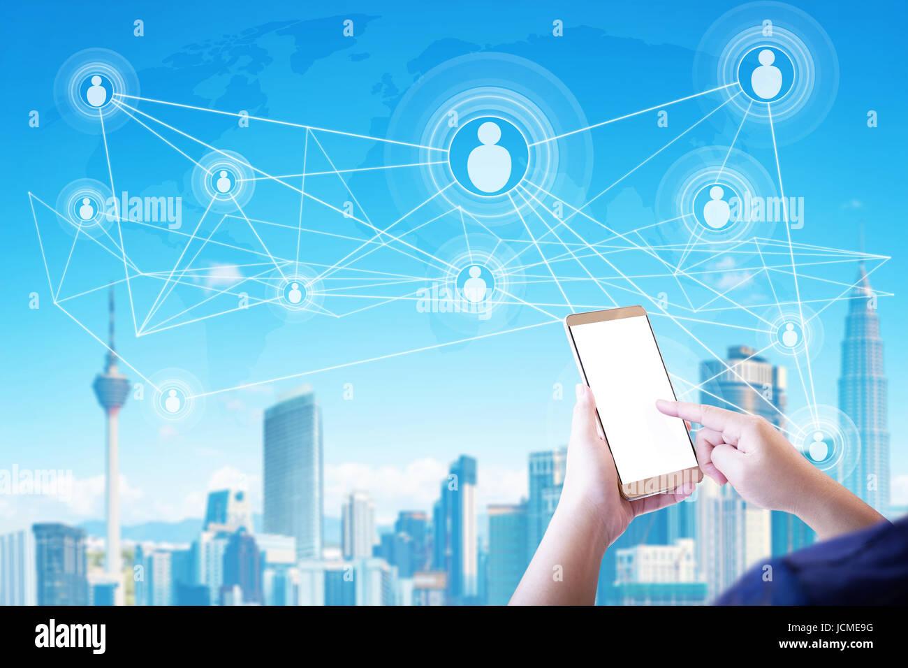 Mujer desconocida mediante smartphone con Smart City y la gente de los medios de comunicación social los iconos Imagen De Stock