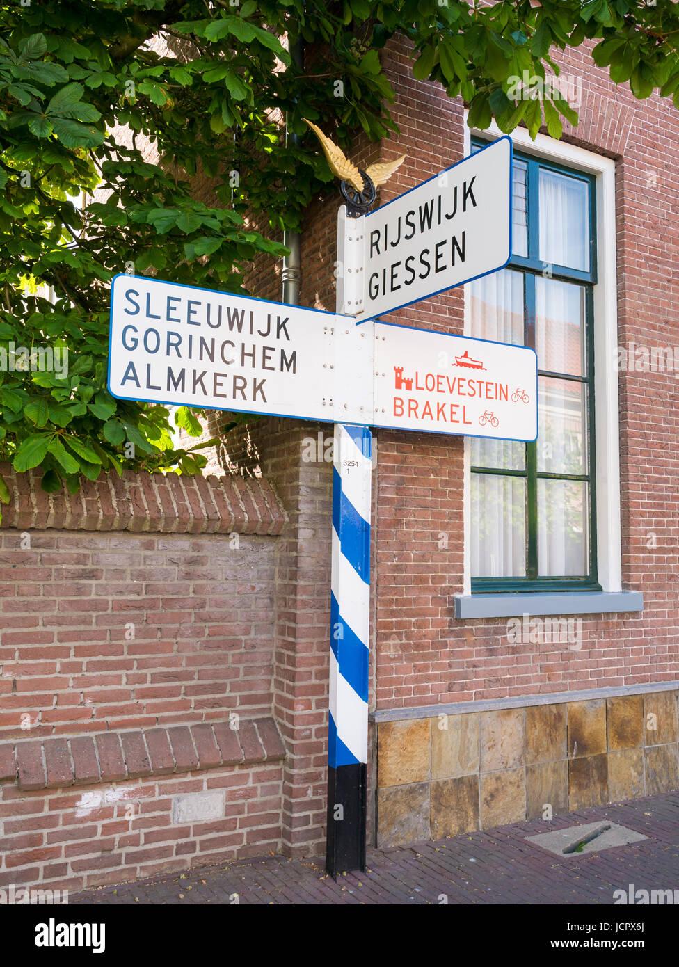 ANWB nostálgico cartel o señal de tráfico en el casco antiguo de la ciudad fortificada Woudrichem, Imagen De Stock