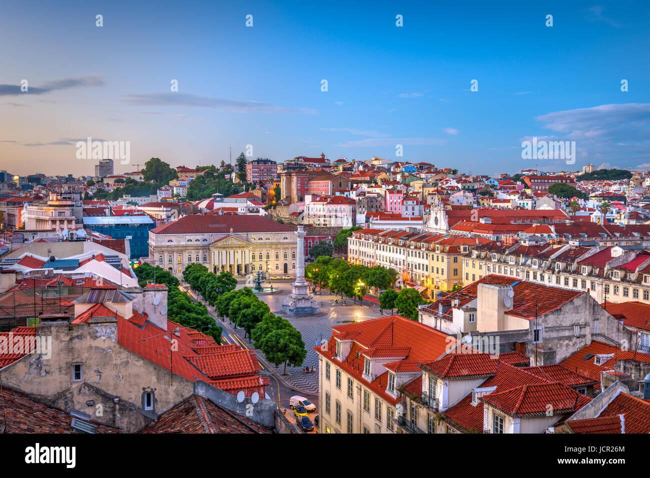 Lisboa, Portugal Pombaline skyline del distrito a través de la plaza de Rossio. Imagen De Stock