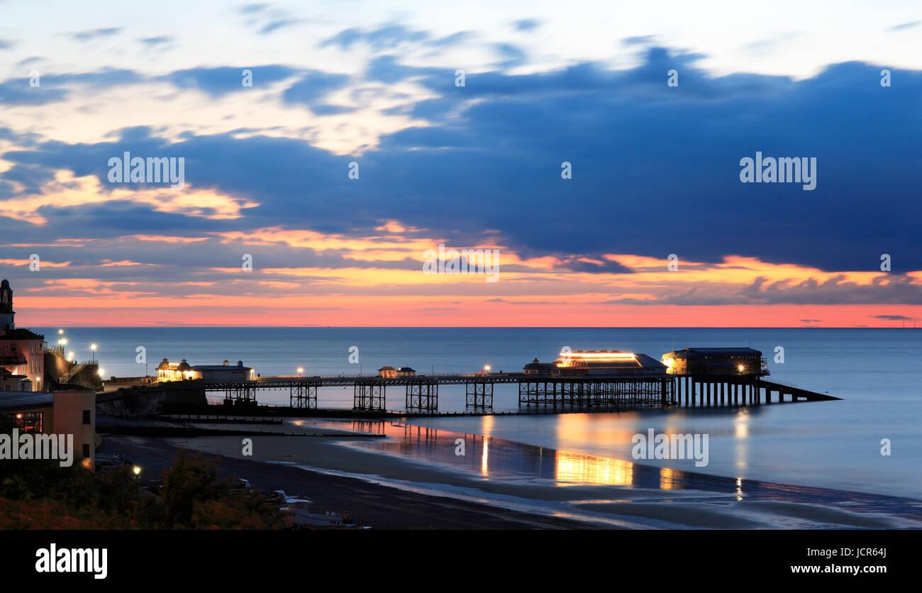 El muelle de noche illuminted desciende al atardecer sobre el Mar del Norte, Cromer, North Norfolk, Inglaterra, Imagen De Stock