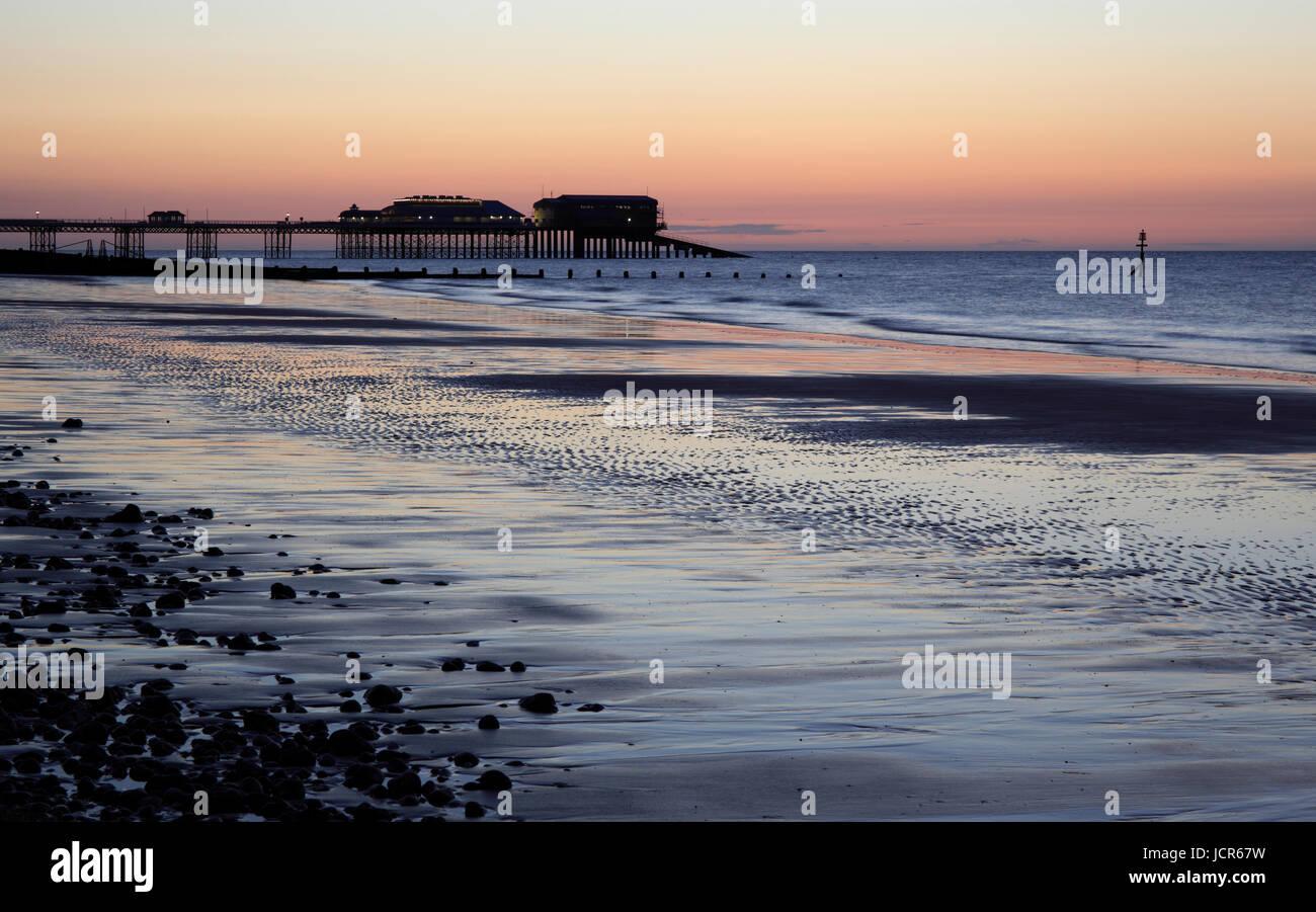 La última luz de un día de verano en Cromer, North Norfolk, Inglaterra, Europa Imagen De Stock