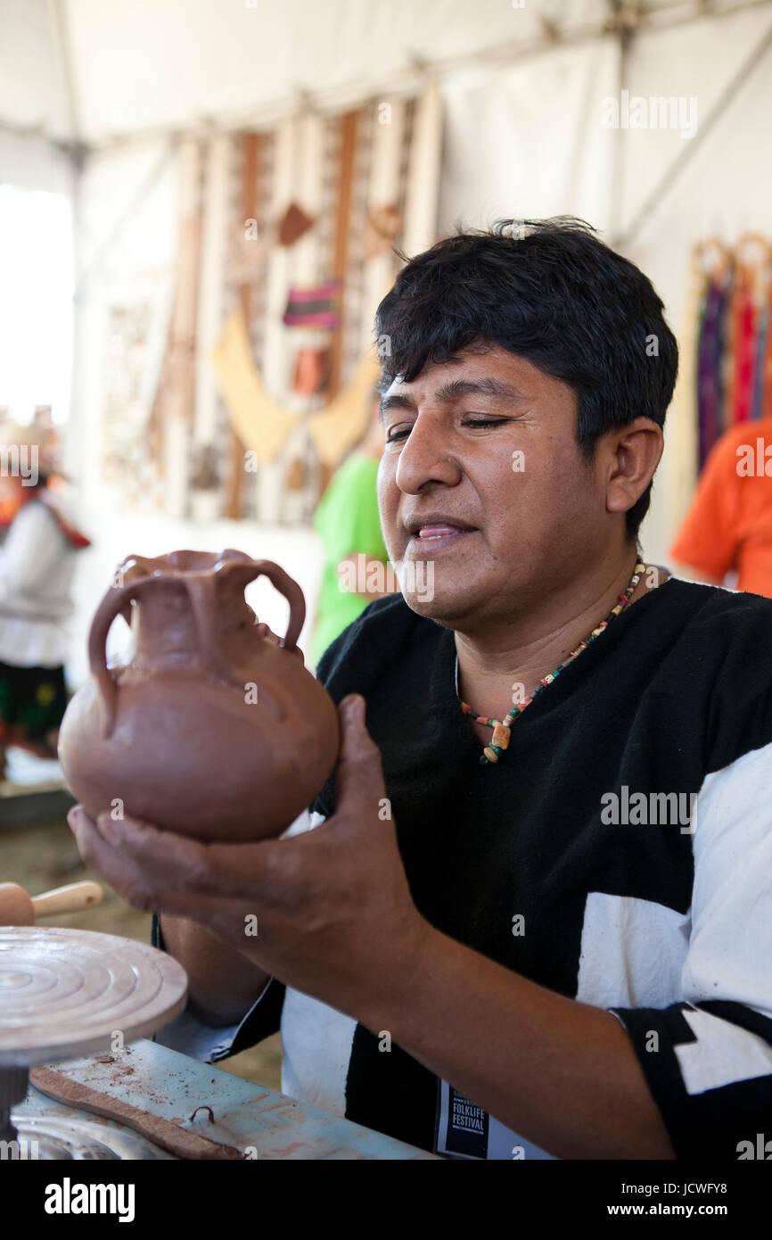 Ceramista colombiana indígena sosteniendo una vasija de barro Imagen De Stock
