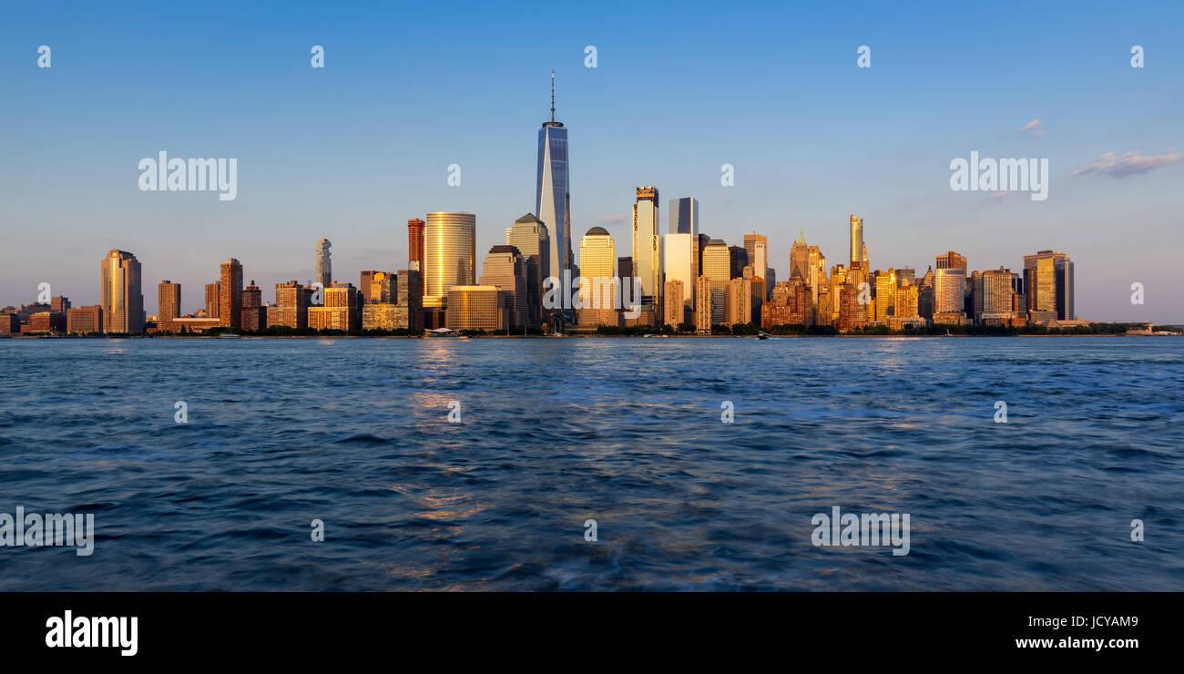 Panorámica de la ciudad de Nueva York rascacielos del distrito financiero al atardecer Imagen De Stock