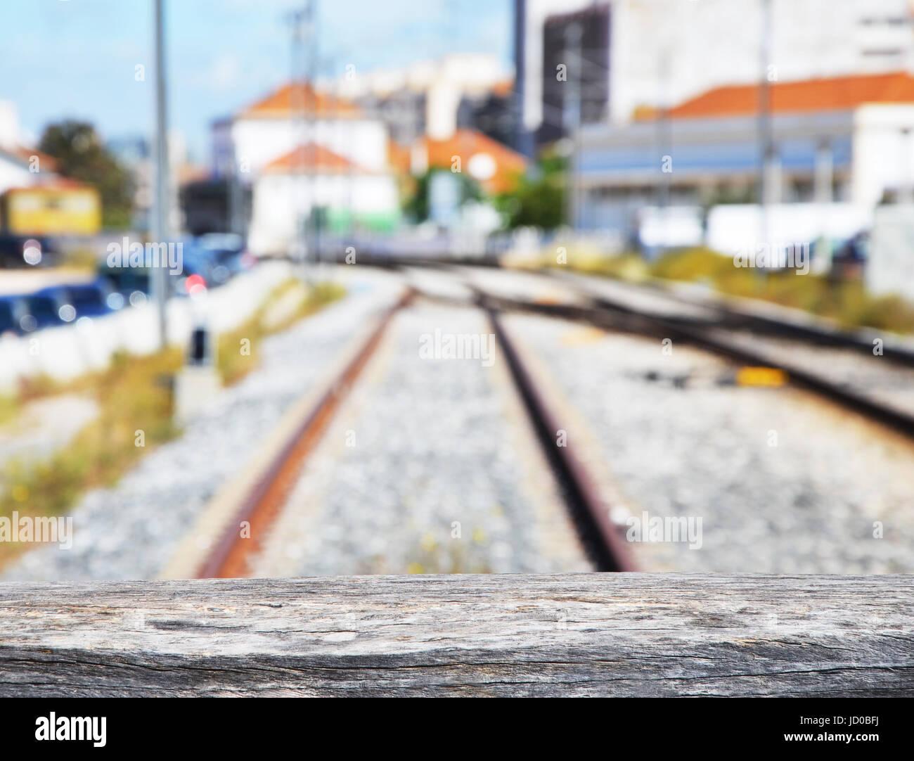 La parte superior del tope de madera y los rieles de ferrocarril en fondo difuminado intencionadamente, Faro, Algarve, Foto de stock
