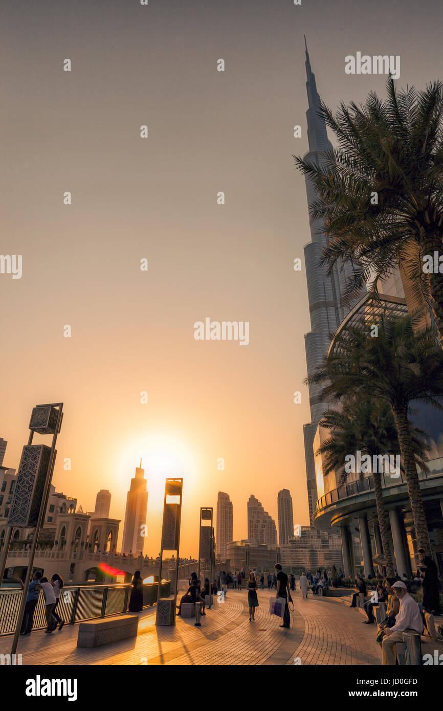 DUBAI - EMIRATOS ÁRABES UNIDOS/14 Sep 2012 - Gente relajándose en las calles de Dubai con el atardecer Foto de stock