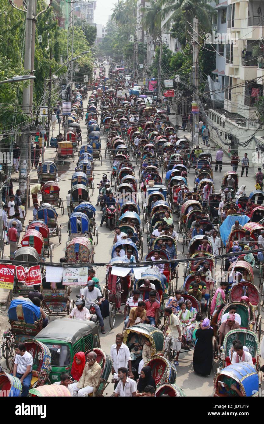 Dhaka, Bangladesh. 18 de junio de 2017. Cientos de rickshaws, está ...