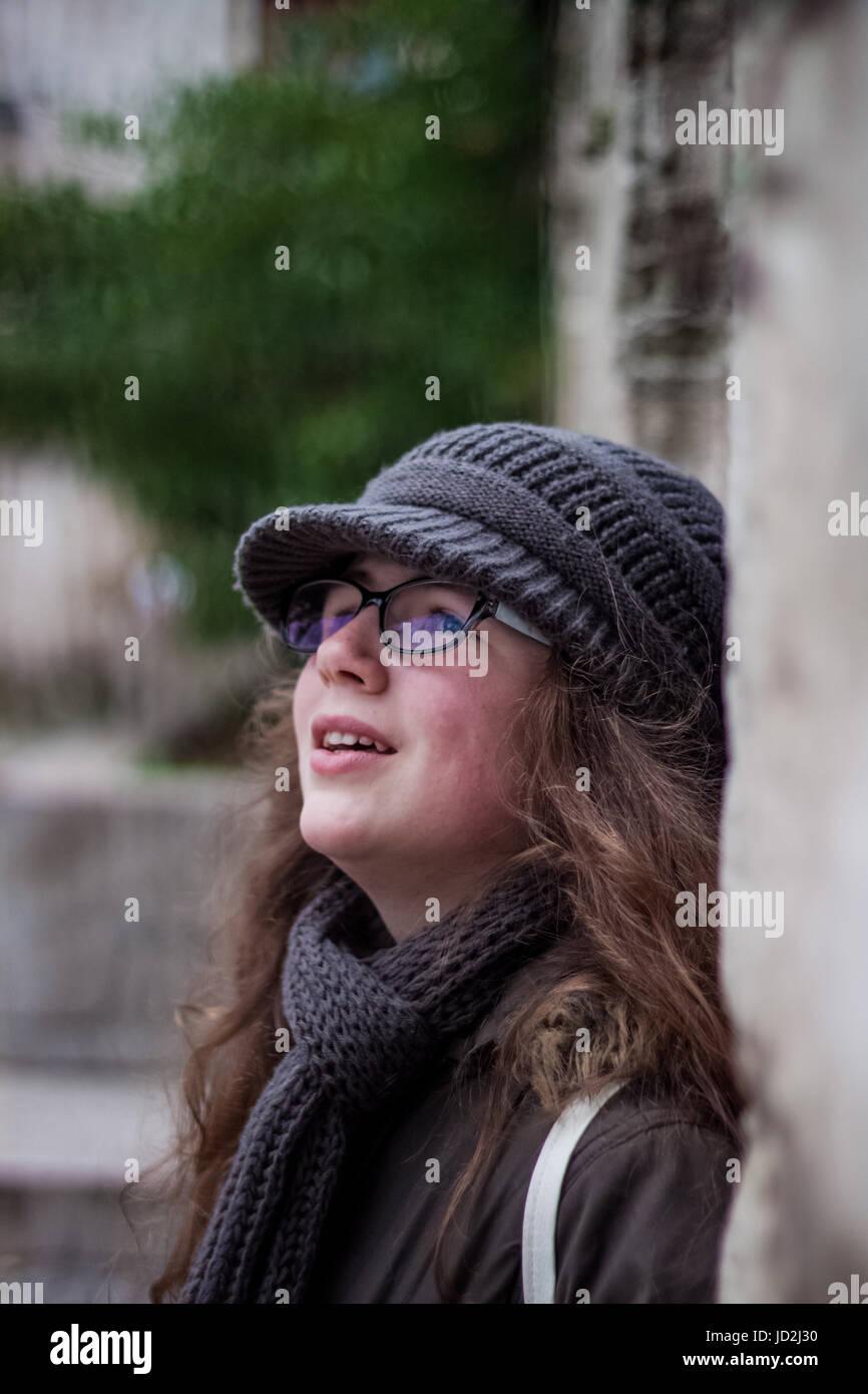 541c149eab34 Cute little hermosa chica rubia con gafas con una expresión muy ...