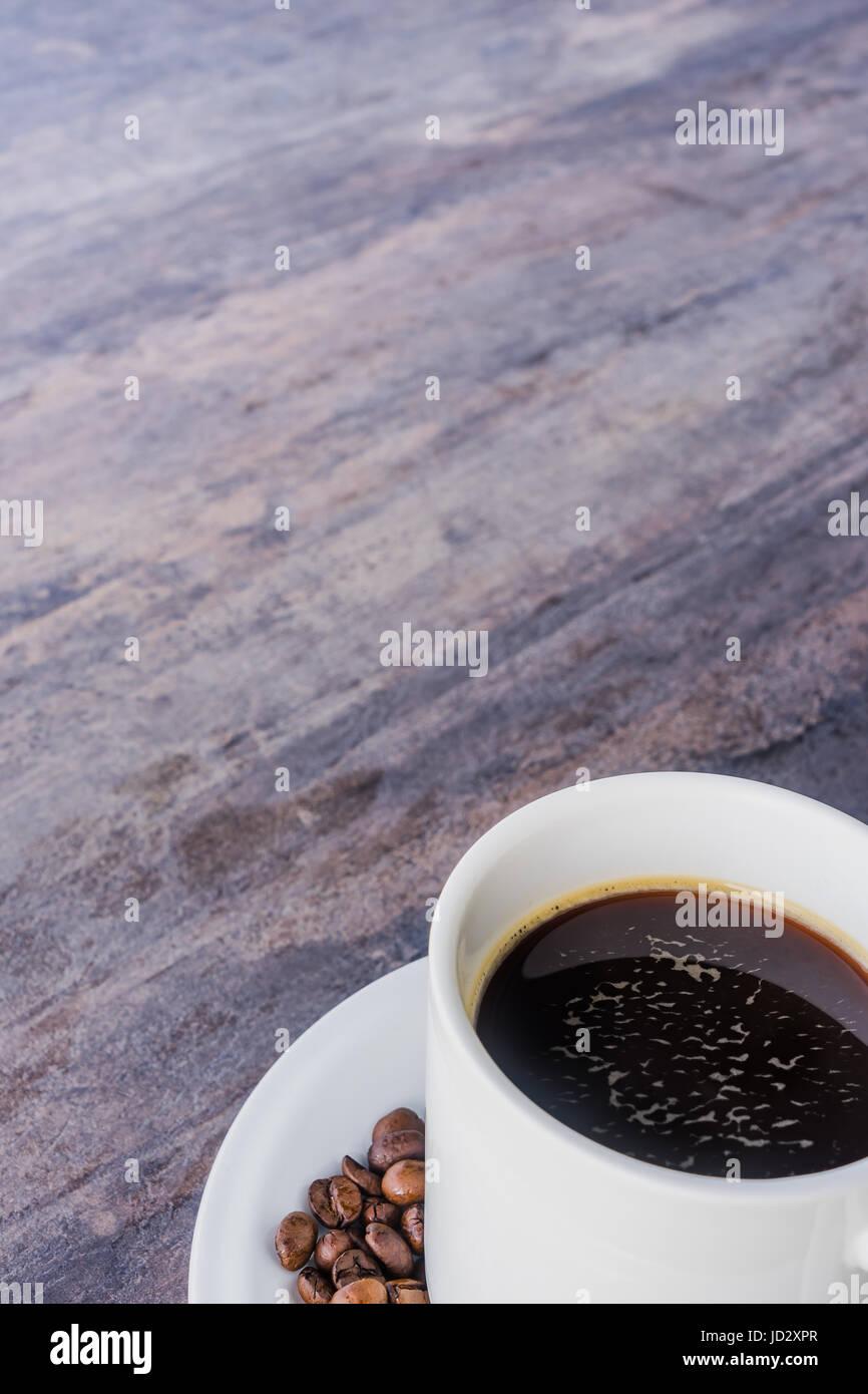 Café Negro en una taza blanca y café en la mesa de madera gris con espacio de copia Imagen De Stock