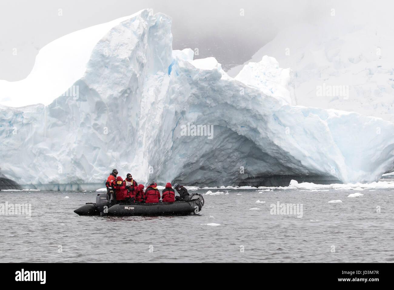 Expedición Antártida cruceros con turistas vista paisaje antártico, en la Península Antártica. Imagen De Stock