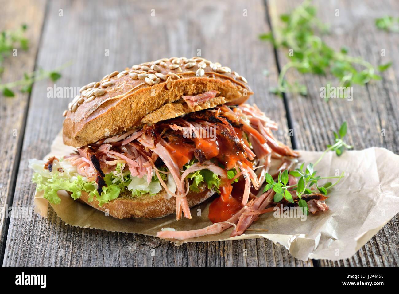 Comida en la calle: carne de cerdo barbacoa sandwich integrales con coleslaw, salsa barbacoa caliente servido en Foto de stock
