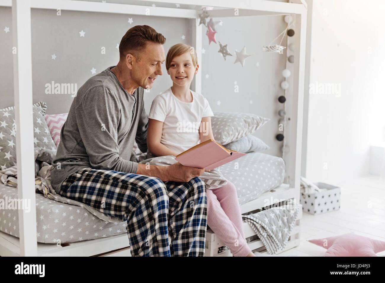 Adorable pequeño familia disfrutando de un fin de semana encantador mañana juntos Imagen De Stock
