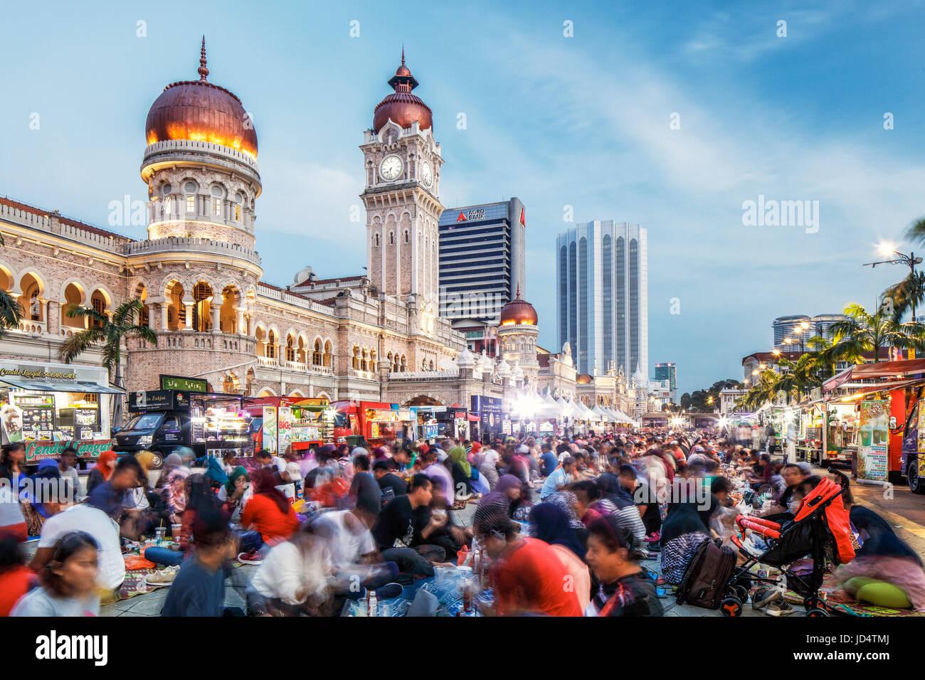 Los medios de ruptura del ayuno durante el mes de syawal en Plaza Merdeka, Kuala Lumpur. Imagen De Stock