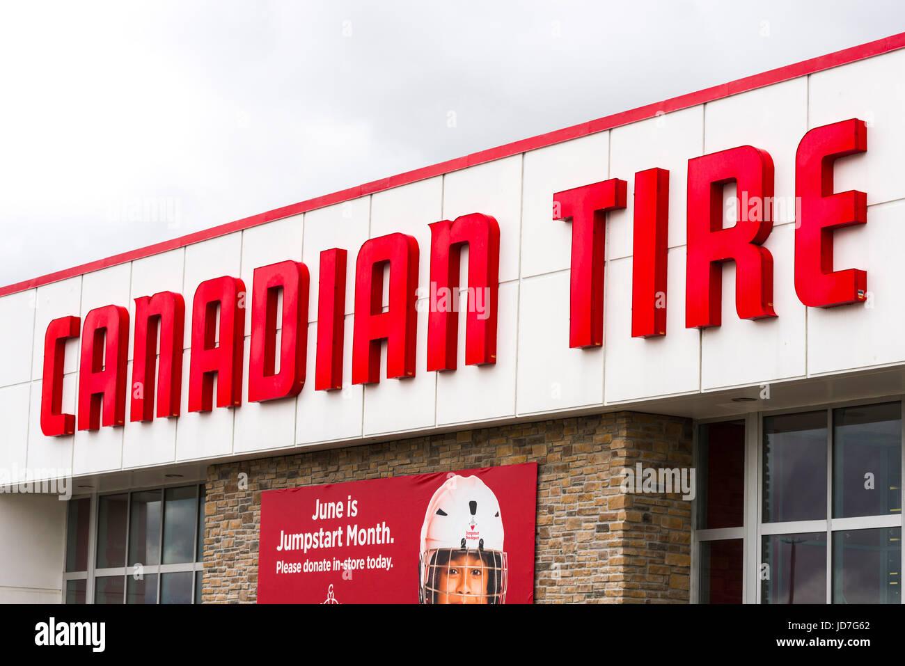 Logotipo de marca de neumático canadiense en la construcción exterior Foto de stock