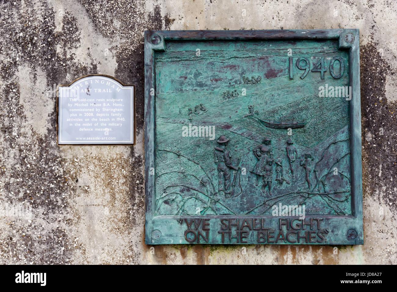 Una placa en Sherigham, Norfolk, en conmemoración de los preparativos para una invasión nazi con Churchill's Imagen De Stock