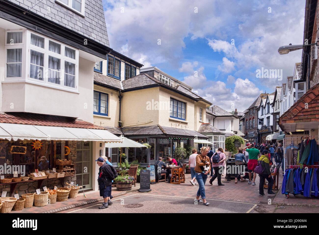 12 de junio de 2017: Lynmouth, Devon, Inglaterra, Reino Unido - multitudes de compras en Lynmouth concurrida calle. Imagen De Stock
